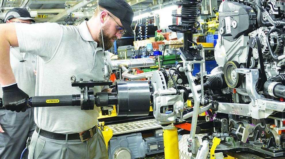 assoimprenditori produzione industriale operaio linea assemblaggio motori