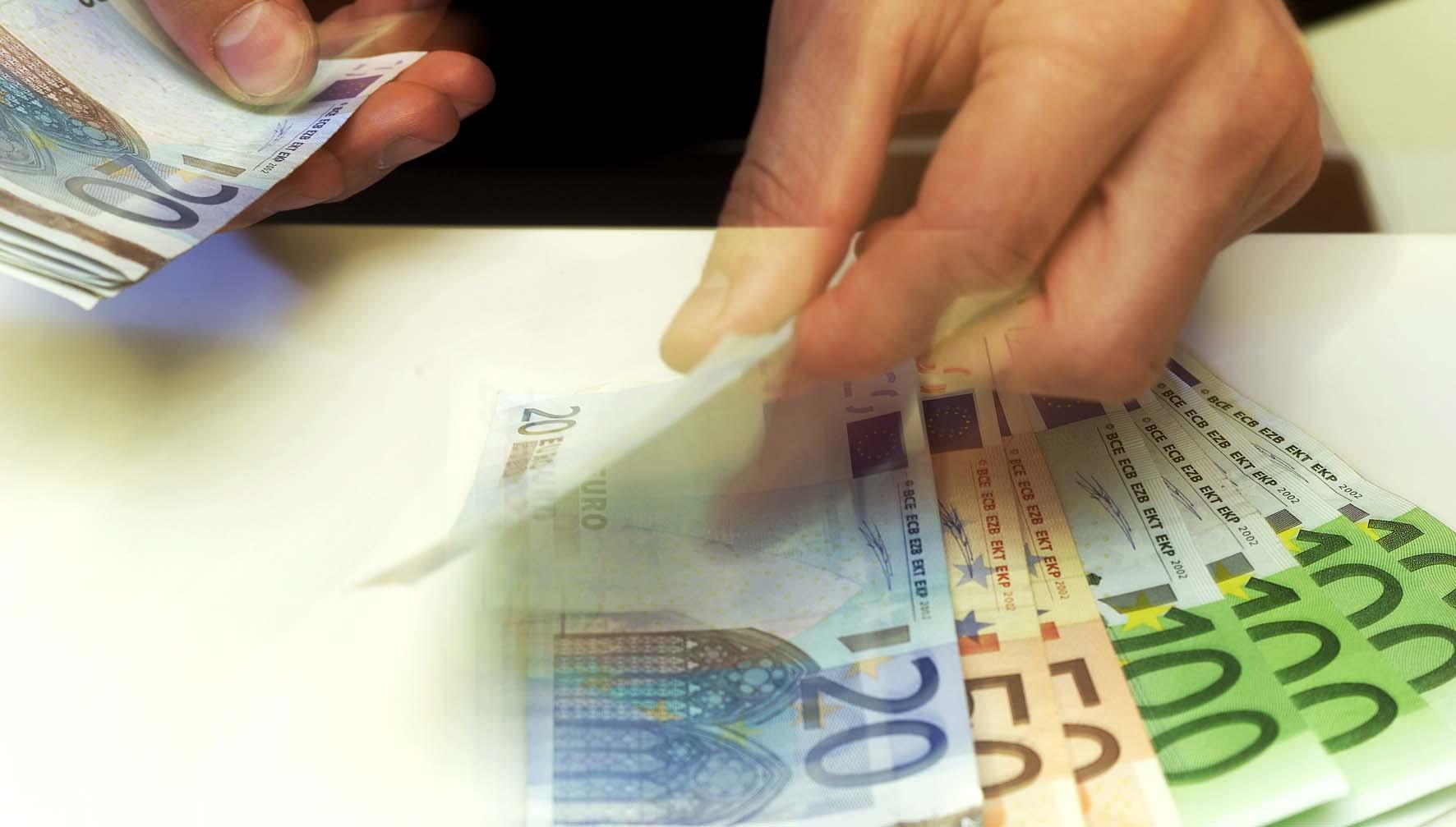 euro soldi conteggio pagamento mani