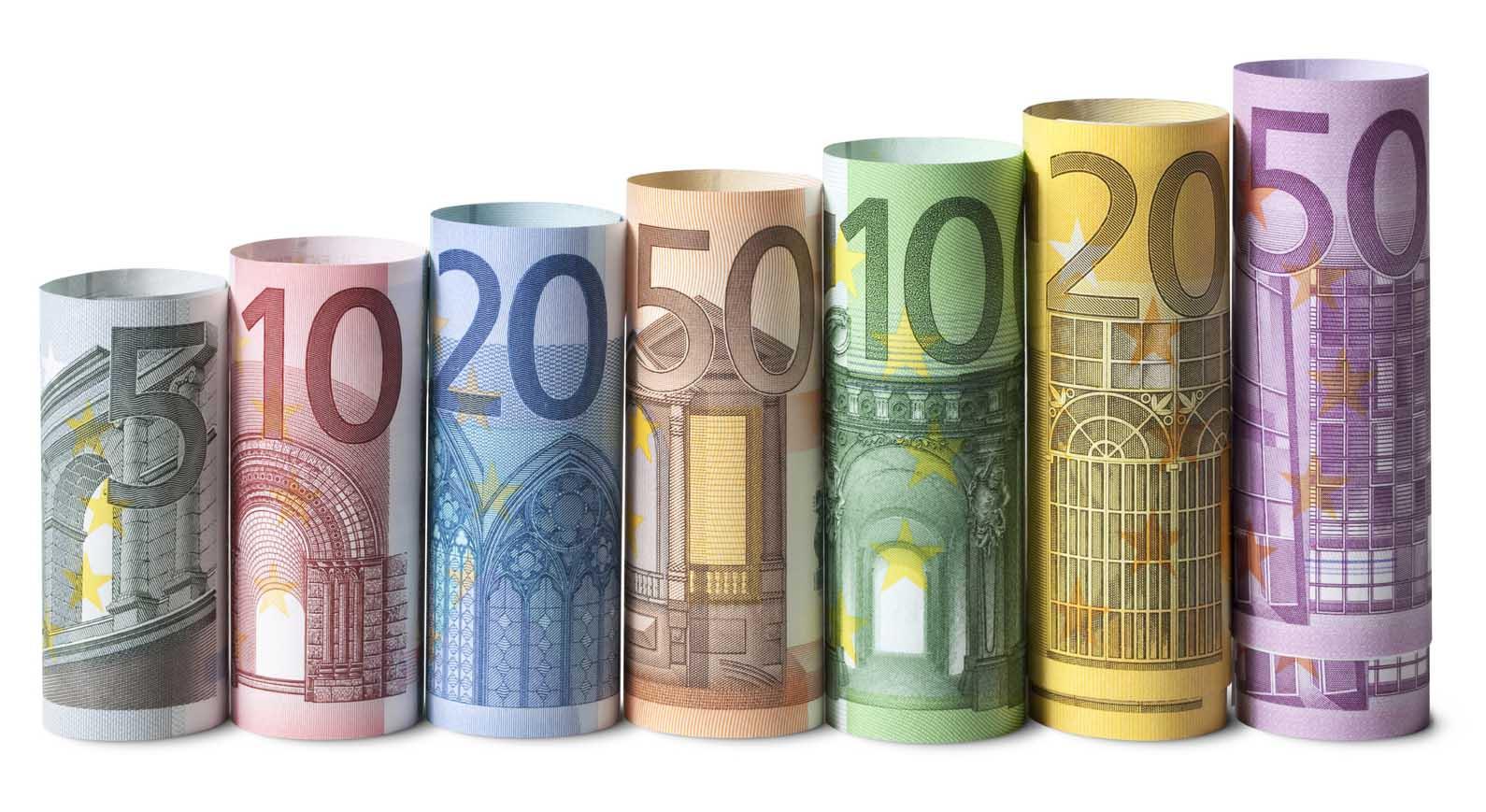 euro soldi denaro biglietti arrotolati scala
