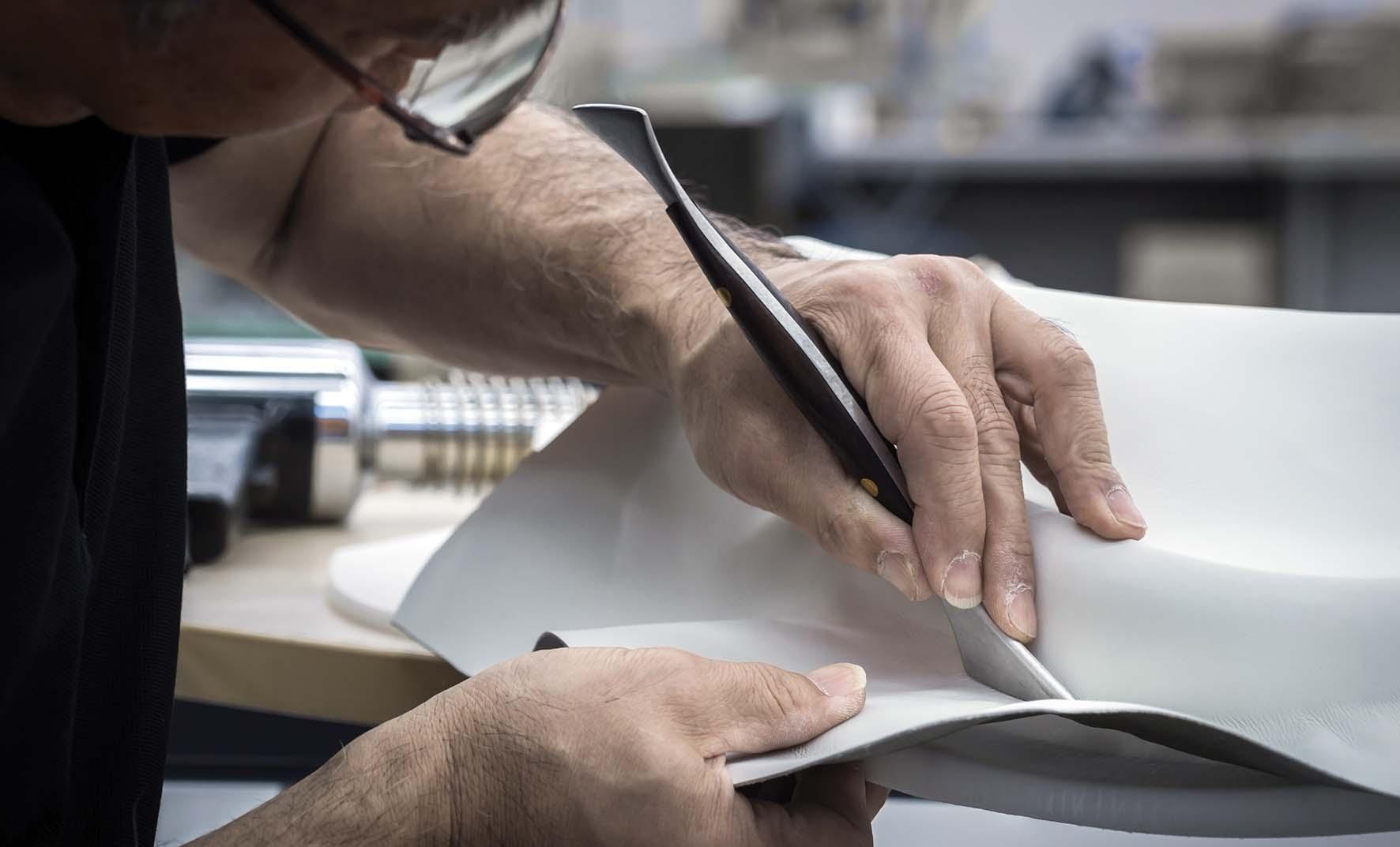 infiniti Q70 lavorazione selliera pelle artigiano taglio