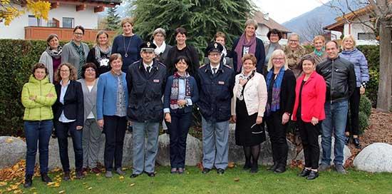 Presidenti delle associazioni contadine dellSudtirolo Tirolo e Baviera con gli agenti di polizia