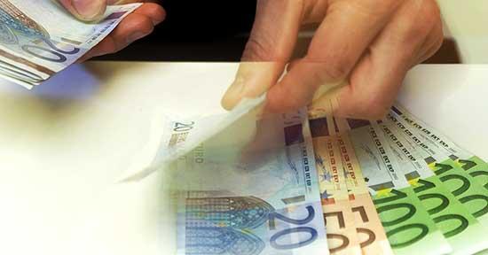 euro soldi conteggio denari mani