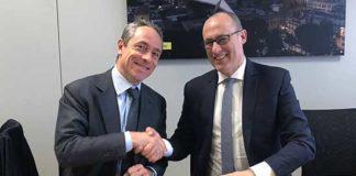 Firma convenzione poste Amministratore delegato di Poste Italiane Matteo Del Fante e Ugo Rossi
