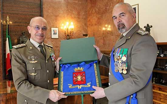 Scambio di doni tra il Generale C.A Danilo ERRICO e il Generale C.A. Federico BONATO