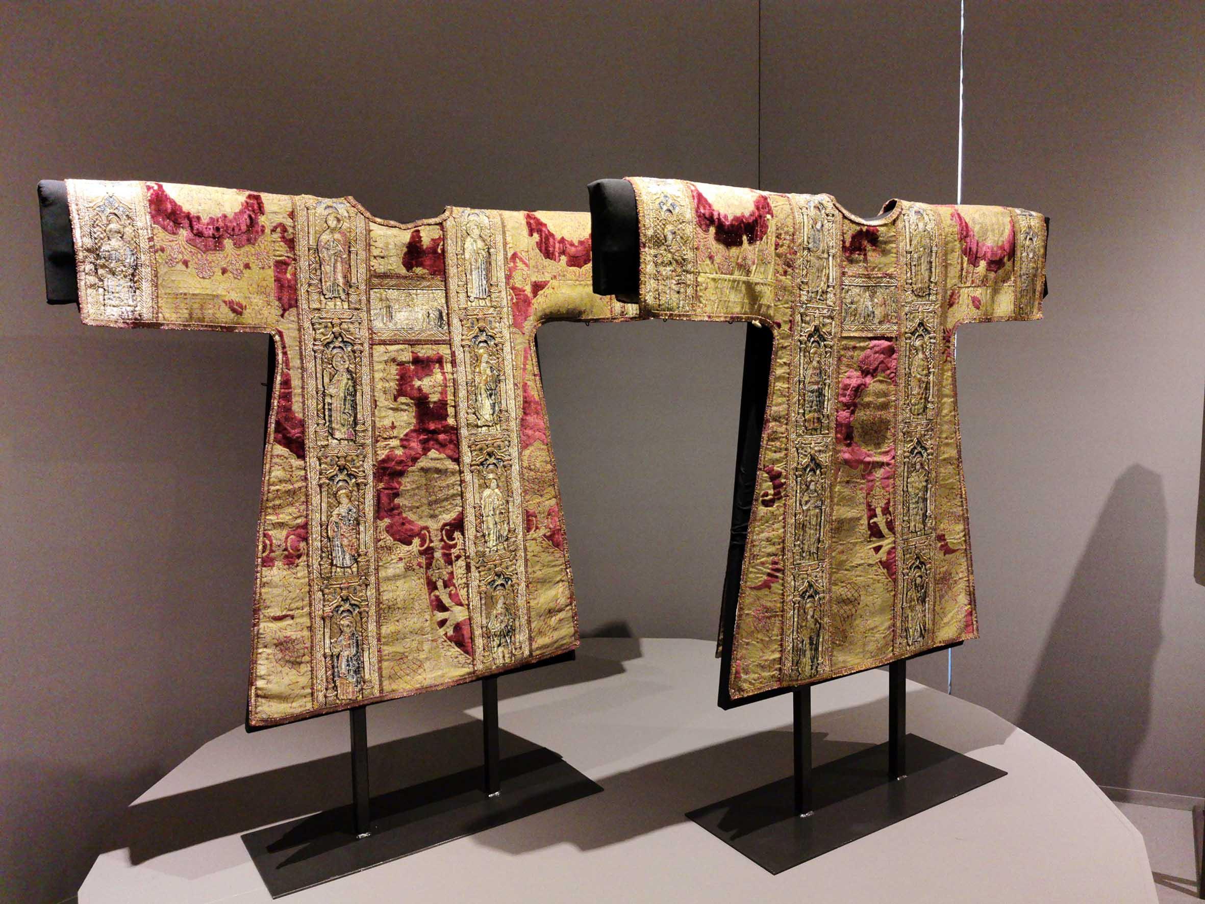 Fili d'oro e dipinti di seta